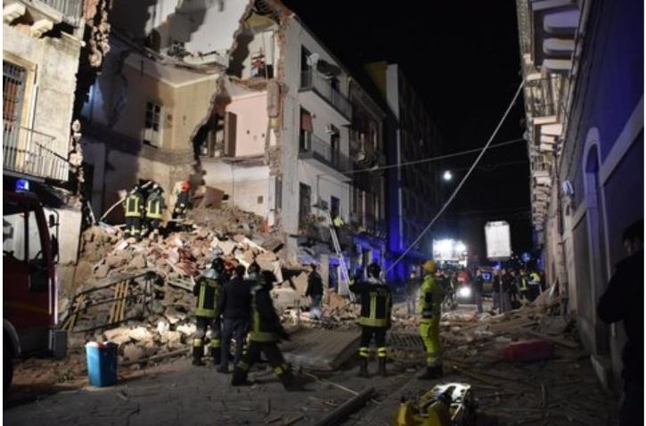 Nella notte crolla una palazzina a Catania, un morto e 4 feriti